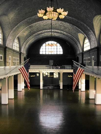 https://www.irishamericanmom.com/2011/10/18/ellis-island-the-great-hall-and-baggage-room/