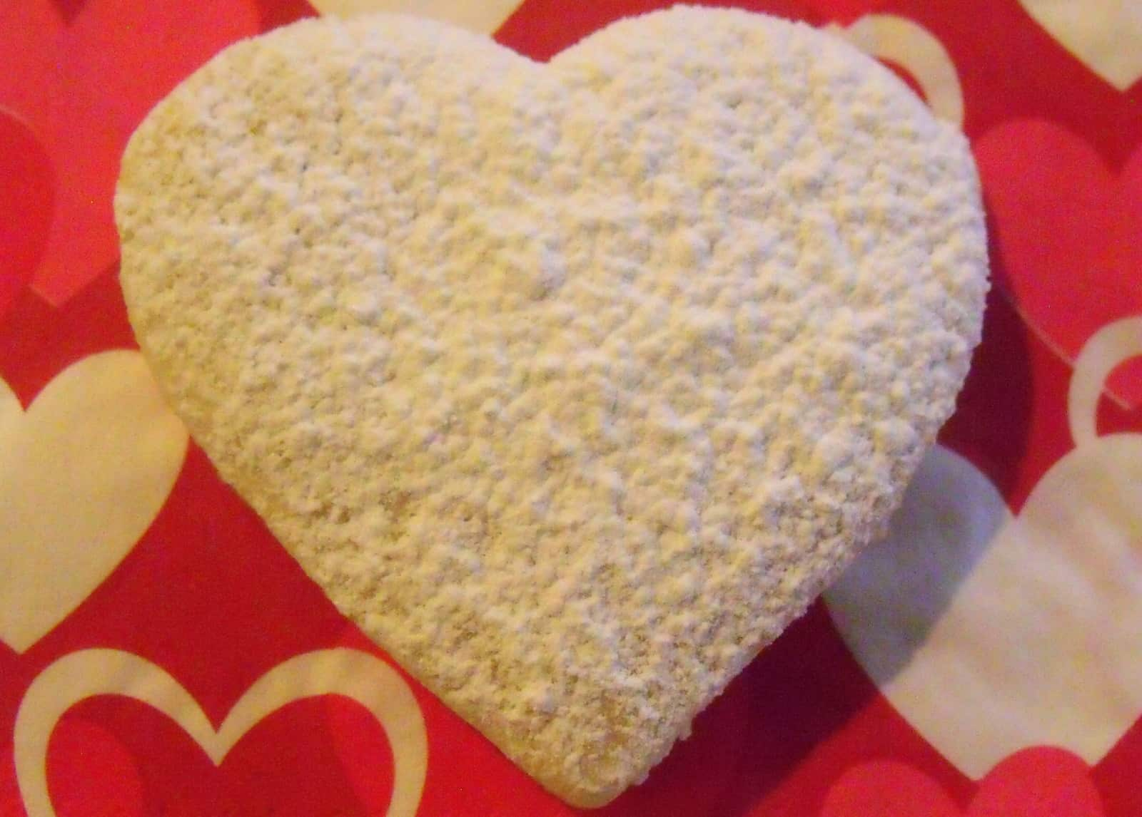 Sugar dusted heart cookie