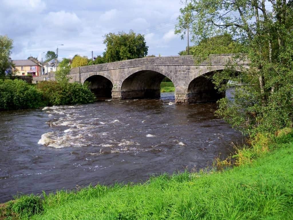 http://upload.wikimedia.org/wikipedia/commons/c/c0/River_Erne_at_Belturbet_Cavan.jpg