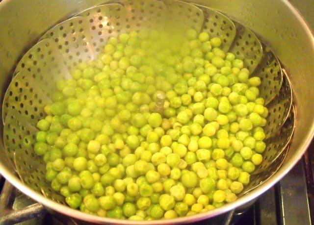 Steamed peas for mushy peas