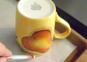 using a mug to mark outline for mini pavlovas
