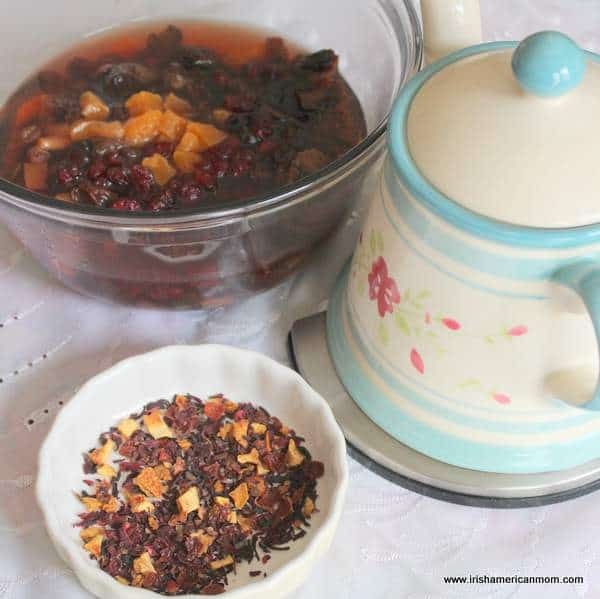 Soaking fruit in tea for dried fruit salad