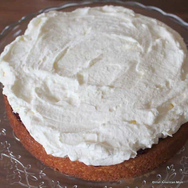 adding-a-layer-of-cream-to-a-victoria-englis-sponge-sandwich-cake