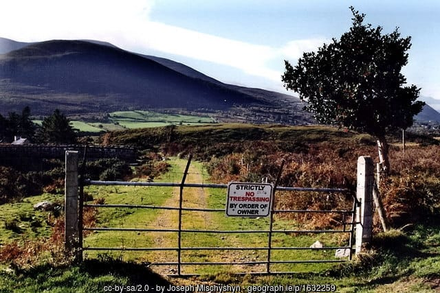 no-trespassing-sign-on-a-steel-gate-in-county-kerry